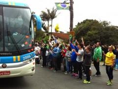 Manifestacao de professores marca a saida da selecao brasileira do Rio