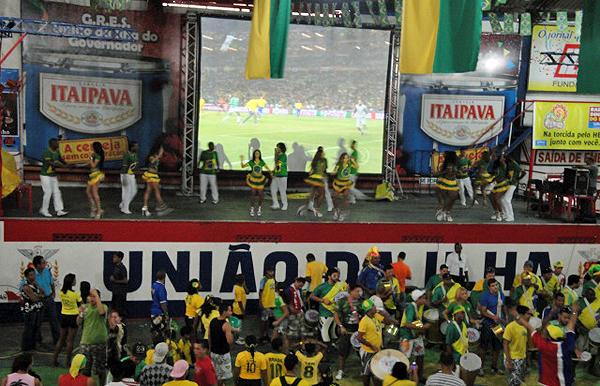 Uniao da Ilha - quadra tera telao gigante e sorteios nos jogos do Brasil