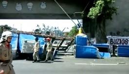 Caçamba com banheiros químicos despenca do viaduto da 'Saída da Ilha'