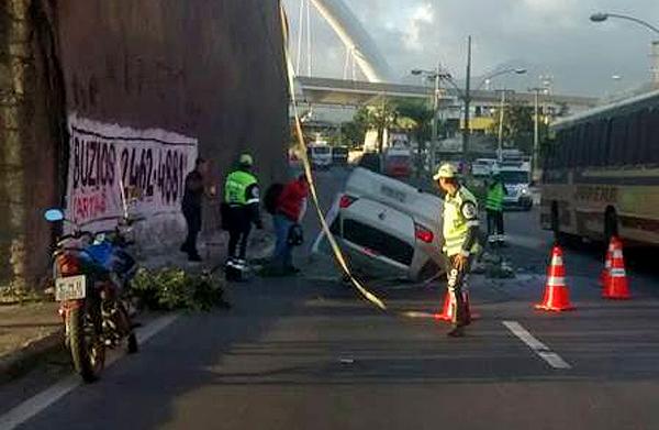 Veiculo cai do viaduto que liga a Ilha do Governador a Avenida Brasil