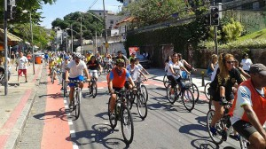 Cerca de 250 ciclistas festejam com pedalada os 5 anos de passeios pela orla da Ilha do Governador