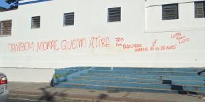 Jovens mortos no Morro do Dende sao sepultados e moradores fazem novo protesto
