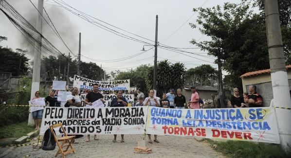 Moradores protestam contra remocoes em terreno da Aeronautica  no Galeao