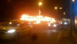 Ônibus do BRT e Táxi pegam fogo após colisão na Ilha do Fundão