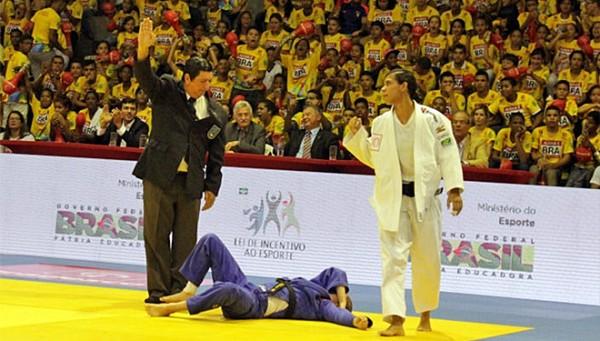 Insulana Jessica Pereira vence no Superdesafio Brasil x Canada