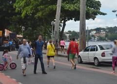 Insulanos desfrutam da pista livre da Praia da Bica no Dia do Trabalhador