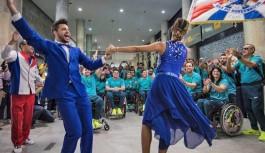 Atletas paralímpicos chegam ao Rio e são recepcionados pela União da Ilha