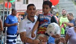 Douglas, jogador do Fluminense, promove festa para criançada na Ilha do Governador