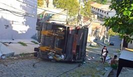 Caminhão da Comlurb tomba em ladeira na Freguesia