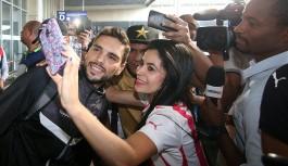 Classificado, Botafogo volta ao Rio e recebe carinho de torcedores