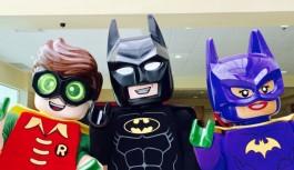 Personagens da saga LEGO Batman divertem a criançada no Ilha Plaza nesta segunda, dia 06