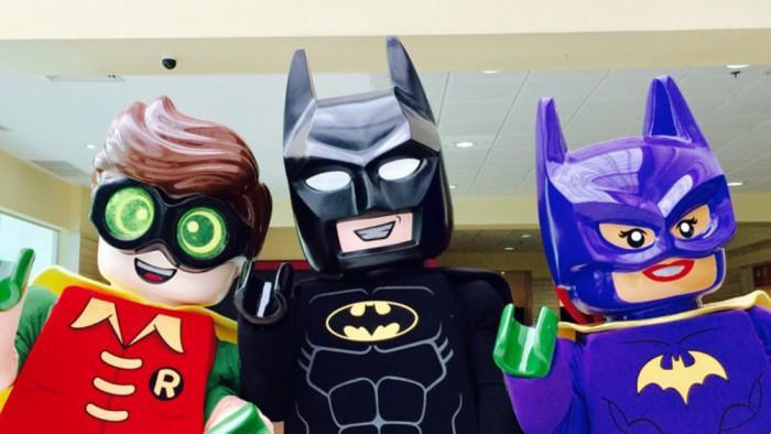 Personagens da saga LEGO Batman divertem a criancada no Ilha Plaza nesta segunda, dia 06