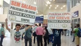 Policiais civis em greve fazem protesto no Aeroporto do Galeão