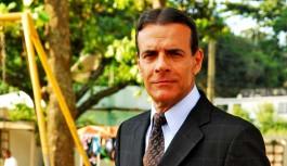Ator Mário Gomes vende sanduíche na praia e escandaliza classe média