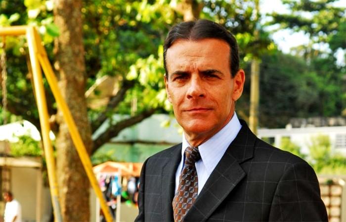 Ator Mario Gomes vende sanduiche na praia e escandaliza classe média