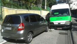 Van pirata bate em quatro carros ao tentar escapar de blitz na Ilha do Governador